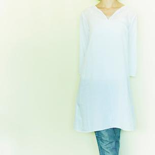 白い壁の前に立つ女性の写真素材 [FYI02048414]