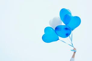 ハートを風船と持つ手の写真素材 [FYI02048416]