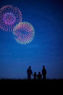 打ち上げ花火を見る浴衣のファミリーの写真素材 [FYI02048448]