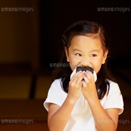 おにぎりを食べる女の子の写真素材 [FYI02048481]