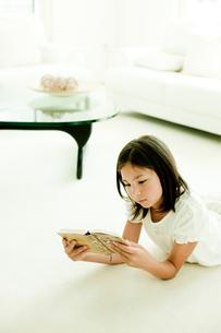 本を読む女の子の写真素材 [FYI02048490]