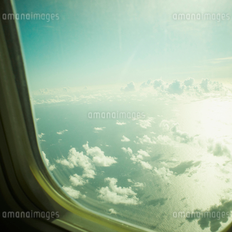 飛行機の窓から見える雲の写真素材 [FYI02048499]