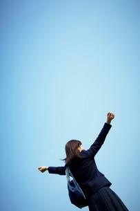 両手を広げる女子学生の写真素材 [FYI02048503]
