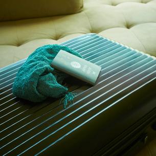 スーツケースとパスポートとストールの写真素材 [FYI02048525]