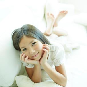 ソファに横になる女の子の写真素材 [FYI02048605]