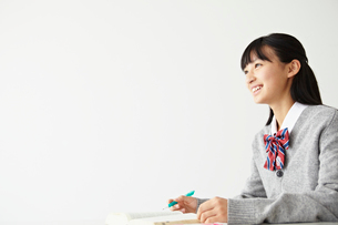 勉強する女子学生の写真素材 [FYI02048617]