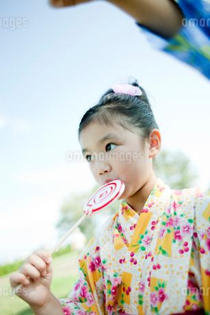 浴衣姿で飴を舐める女の子の写真素材 [FYI02048623]