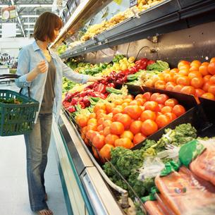 スーパーで買い物をする女性の写真素材 [FYI02048635]