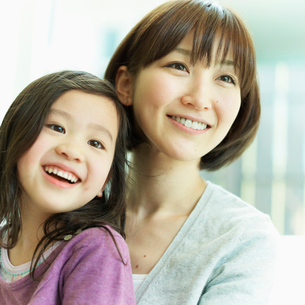 女の子を抱く母親の写真素材 [FYI02048653]