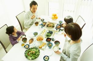 食事をするファミリーの写真素材 [FYI02048664]