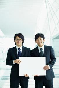 メッセージボードを持つ2人のビジネスマンの写真素材 [FYI02048673]
