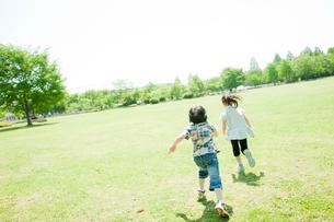 公園で走る男の子と女の子の写真素材 [FYI02048713]
