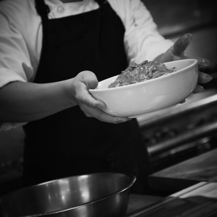 料理を運ぶ店員の写真素材 [FYI02048742]