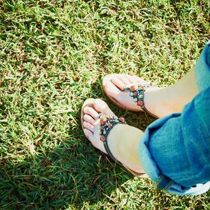 サンダルを履いた女性の足元の写真素材 [FYI02048744]