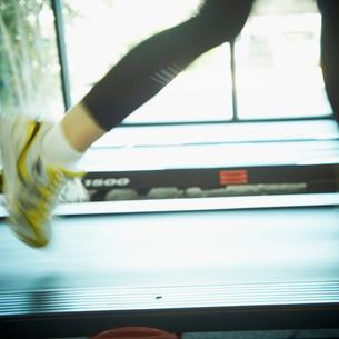 ランニングマシーンで走る女性の足元の写真素材 [FYI02048789]
