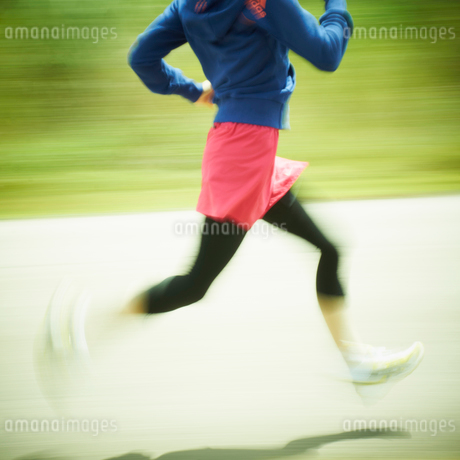 ジョギングをする女性の写真素材 [FYI02048793]