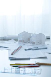デスクの上の設計図と建築模型の写真素材 [FYI02048814]