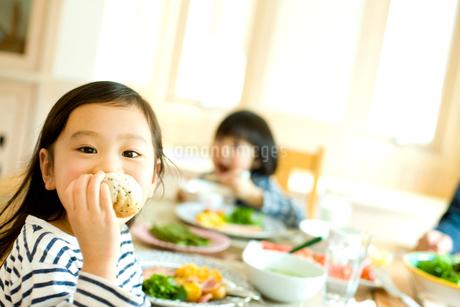 朝食を食べる女の子の写真素材 [FYI02048822]