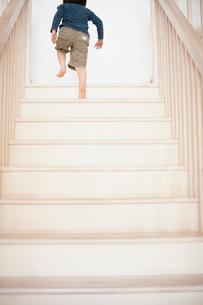 階段を上がる男の子の写真素材 [FYI02048827]