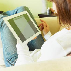 タブレットPCを操作する女性の写真素材 [FYI02048893]