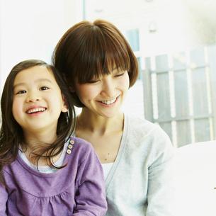 笑顔の女の子と母親の写真素材 [FYI02048923]