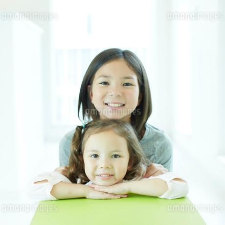 笑顔の2人の女の子の写真素材 [FYI02048951]