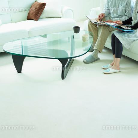ソファに座るカップルの写真素材 [FYI02048952]