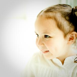笑顔の女の子の写真素材 [FYI02048954]