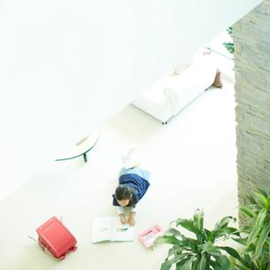リビングルームで宿題をする女の子の写真素材 [FYI02048976]