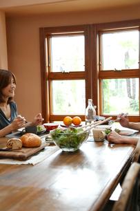 食事をするカップルの写真素材 [FYI02049004]