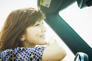 車に乗った女性の写真素材 [FYI02049016]