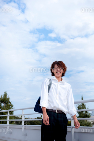 屋上に立つ笑顔の男子学生の写真素材 [FYI02049032]