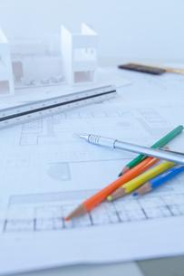デスクの上の設計図と建築模型の写真素材 [FYI02049058]