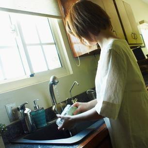 洗い物をする女性の写真素材 [FYI02049083]