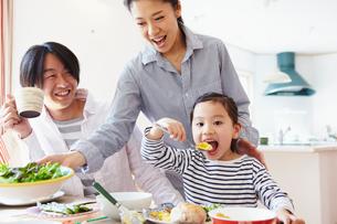 朝食を食べるファミリーの写真素材 [FYI02049101]