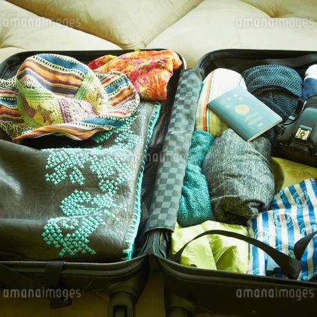 開いたスーツケースの写真素材 [FYI02049114]
