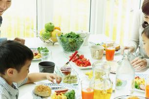 食事をするファミリーの写真素材 [FYI02049116]