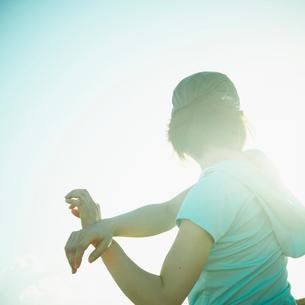 ストレッチをする女性の写真素材 [FYI02049158]