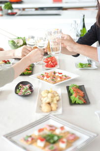ホームパーティーで乾杯する人達の手の写真素材 [FYI02049160]