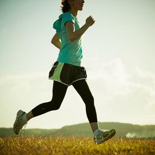 ジョギングをする女性の写真素材 [FYI02049168]