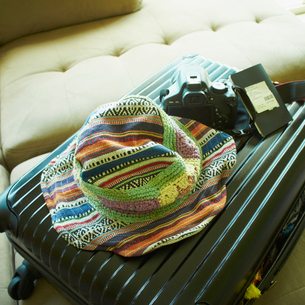 スーツケースと帽子とカメラの写真素材 [FYI02049195]