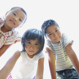 見つめる3人の子供達の写真素材 [FYI02049226]