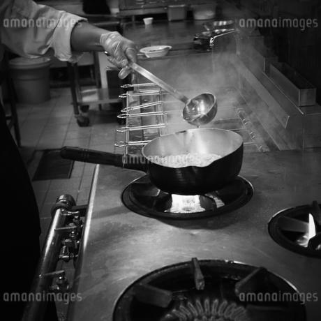 厨房で調理をする店員の写真素材 [FYI02049233]