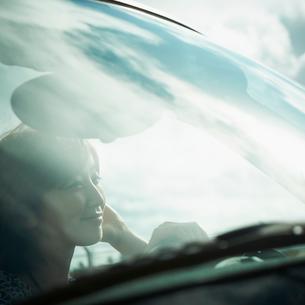 フロントガラス越しに見る車内の女性の写真素材 [FYI02049239]