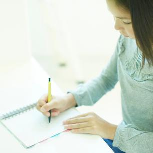 勉強をする女の子の写真素材 [FYI02049240]