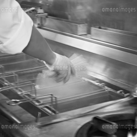 パスタを茹でる人の手の写真素材 [FYI02049275]