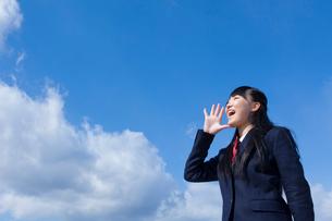 青空と叫ぶ女子学生の写真素材 [FYI02049276]