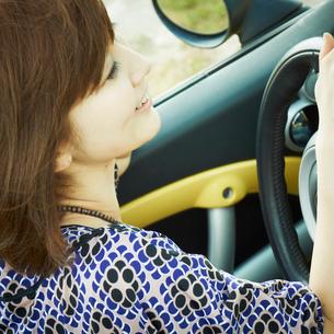 ドライブをする女性の写真素材 [FYI02049286]