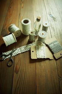 糸とハサミとレースの写真素材 [FYI02049309]