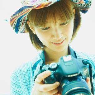 カメラを持つ女性の写真素材 [FYI02049323]
